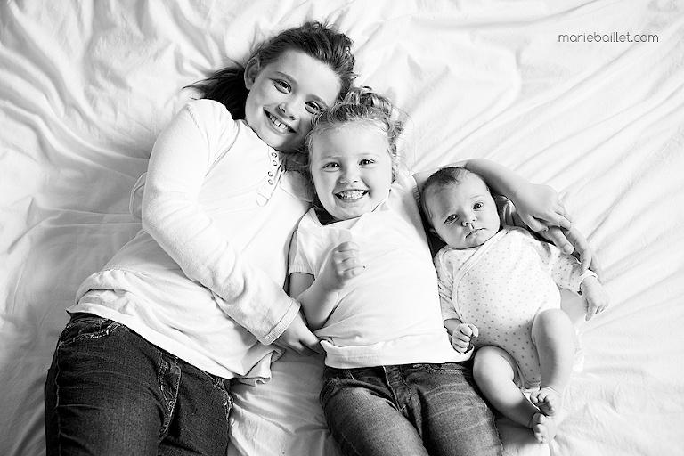 photo d'enfants à la maison par Marie Baillet photographe Morbihan