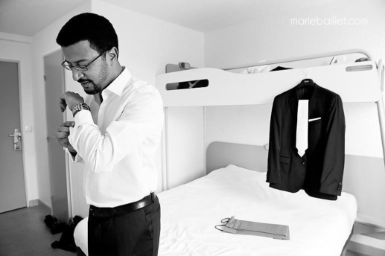 photo habillage du marié - préparatif mariage par Marie Baillet photographe