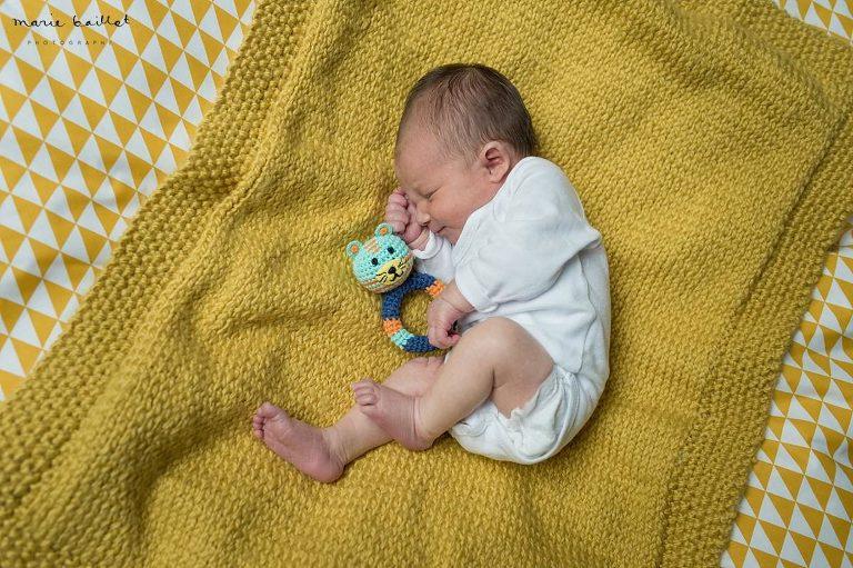 Photos bébé naissance par Marie Baillet photographe nouveau-né Morbihan